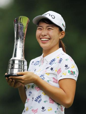 ゴルフのAIG全英女子オープンで優勝し、トロフィーを手に笑顔の渋野日向子。日本勢のメジャー勝利は42年ぶり2人目=4日、英ミルトンキーンズのウォバーンGC(共同)