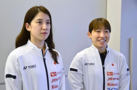 バドミントンのタイ・オープンから帰国し、取材に応じる女子ダブルスの米元小春(左)と田中志穂=5日、成田空港