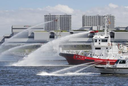 2020年東京五輪・パラリンピックに向け、行われた海上保安庁などの訓練。海上に大量の油が流出したとの想定で、油を回収したり放水で分散させたりする手順も確認された=5日午後、東京港