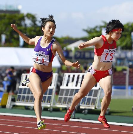 女子100メートル決勝 11秒51で連覇を果たした恵庭北・御家瀬緑(左)。右は2着の立命館慶祥・石堂陽奈=タピック県総ひやごんスタジアム