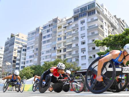 2016年9月、リオデジャネイロ・パラリンピックの女子マラソン(車いす)で力走する土田和歌子(中央)=リオデジャネイロ(共同)