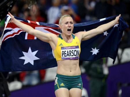 2012年8月、ロンドン五輪女子100m障害で優勝し、国旗を掲げて喜ぶオーストラリアのサリー・ピアソン=五輪スタジアム(共同)