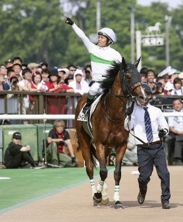 第86回日本ダービーを制したロジャーバローズと、声援に応える浜中俊騎手=5月26日、東京競馬場