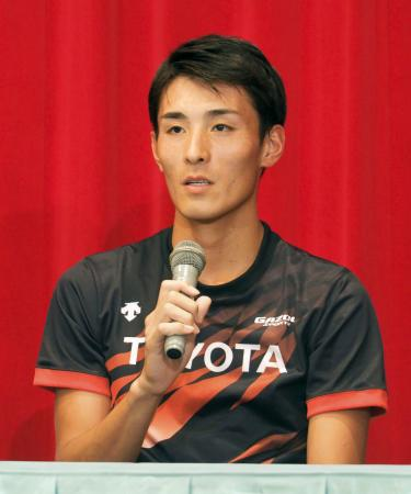 9月の東京五輪マラソン代表選考会に向け、合宿地で記者会見する服部勇馬=6日、北海道士別市