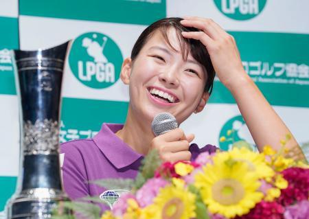 ゴルフの全英女子オープンで日本選手として42年ぶりのメジャー制覇を果たして帰国し、笑顔で記者会見する渋野日向子=6日午後、羽田空港