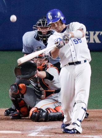 6回中日2死、福田が中越えにこの試合2本目の本塁打を放つ。捕手岸田=ナゴヤドーム