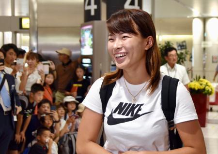 新千歳空港に到着し、ファンの出迎えを受ける渋野日向子=7日午後