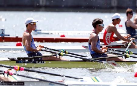 男子ダブルスカル予選1組 6位の菅原(左)、中條組=海の森水上競技場