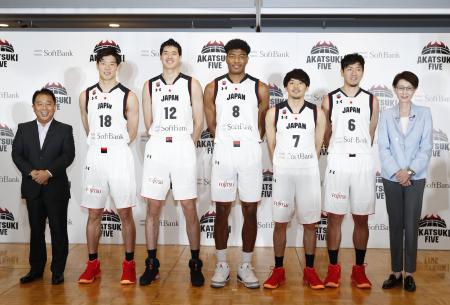 バスケットボール男子W杯に出場する日本代表の激励会で記念写真に納まる(左から2人目から)馬場、渡辺雄、八村、篠山、比江島、日本バスケットボール協会の三屋会長=7日午後、東京都港区