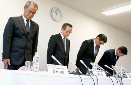 記者会見の冒頭で謝罪する、トヨタ自動車の河合満副社長(左から2人目)、宗雲克美ラグビー部長(同3人目)ら=8日午前、愛知県豊田市