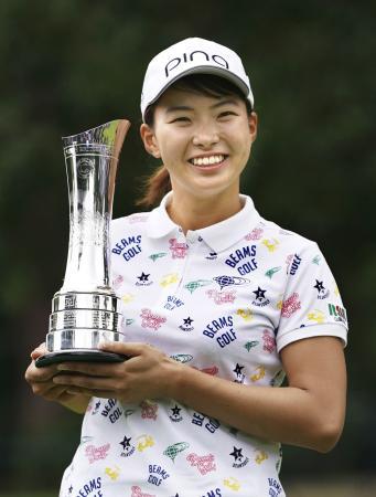 ゴルフのAIG全英女子オープンで優勝し、トロフィーを手にする渋野日向子選手=4日、イギリスのミルトンキーンズ(共同)