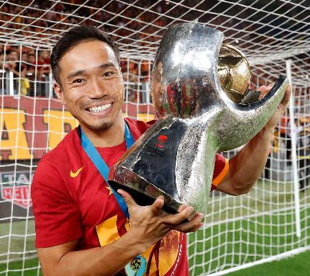 トルコスーパー杯で優勝し、トロフィーを手に喜ぶガラタサライの長友=アンカラ(共同)