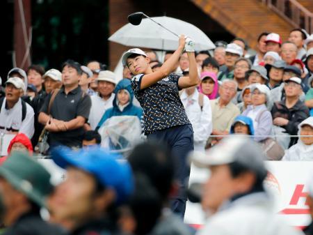女子ゴルフの北海道meijiカップ第1ラウンドで大勢のギャラリーが見守る中、ティーショットを放つ渋野日向子=9日、北海道北広島市の札幌国際CC
