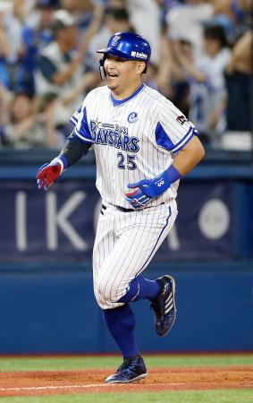 5回、満塁本塁打を放ち、笑顔で三塁を回るDeNA・筒香=横浜