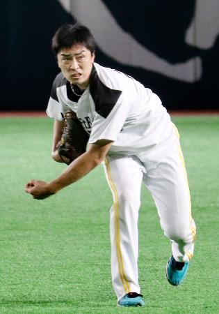 キャッチボールで調整するソフトバンク・和田=ヤフオクドーム