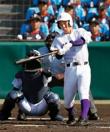 日本文理―関東第一 3回裏関東第一1死、平泉が中越えに本塁打を放つ=甲子園