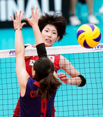 日本―台湾 第1セット、スパイクを決める石井=深谷市総合体育館