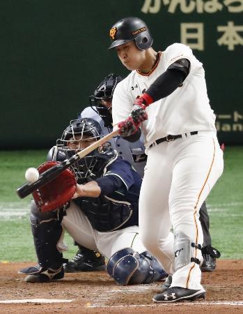 2回巨人2死満塁、岡本が中越えに2点二塁打を放つ。捕手西田=東京ドーム