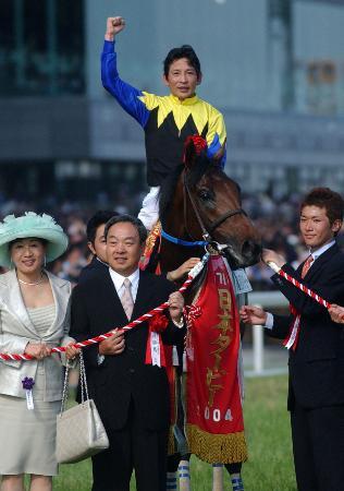 2004年の日本ダービーを制したキングカメハメハと安藤勝己騎手=東京競馬場