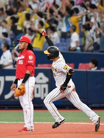 9回、サヨナラ3ランを放ち、ガッツポーズで一塁を回る大山=京セラドーム