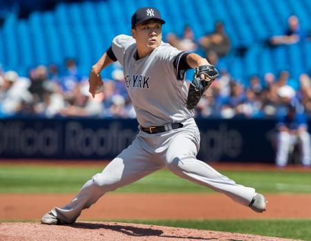 ブルージェイズ戦で投球するヤンキースの田中=11日、トロント(カナディアンプレス提供・AP=共同)