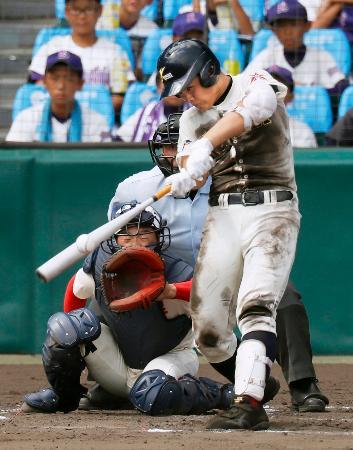 智弁学園―八戸学院光星 6回表八戸学院光星1死満塁、近藤が左翼線に2点二塁打を放つ。捕手佐藤=甲子園
