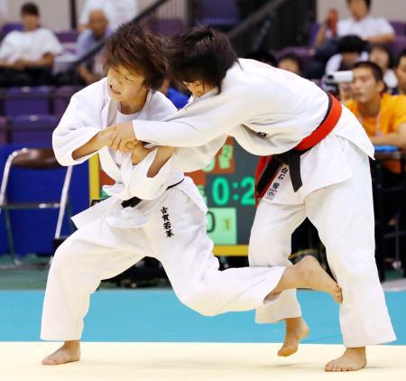 女子48キロ級決勝 熊本西・白石響(右)を破り3連覇を達成した南筑・古賀若菜=鹿児島アリーナ