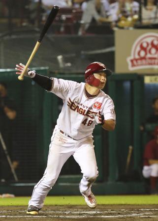 10回楽天2死一塁、渡辺佳が右翼線にサヨナラ二塁打を放つ=楽天生命パーク