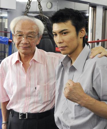 名ボクサーとして活躍し、引退後は世界王者を育てた三迫仁志氏(左)=東京都練馬区の三迫ジム