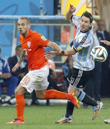 2014年W杯ブラジル大会のアルゼンチン戦でオランダ代表としてプレーするスナイダー(左)