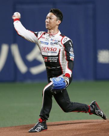 始球式を務めるルマン24時間2連覇の中嶋一貴=ナゴヤドーム