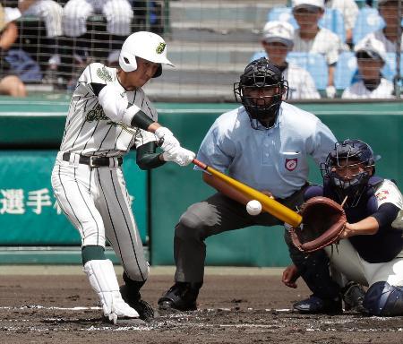 習志野―鶴岡東 2回表鶴岡東1死一、三塁、山路が右前に先制打を放つ。捕手兼子=甲子園