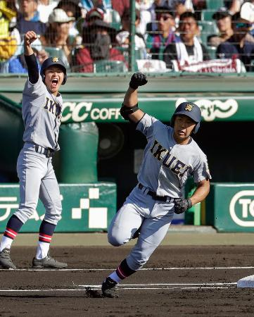 鳴門―仙台育英 1回表、仙台育英・小濃が本塁打を放ち、ガッツポーズで一塁を回る=甲子園