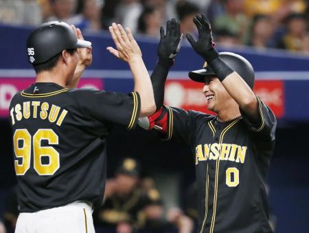 6回、本塁打を放ち、コーチに迎えられる阪神・木浪(右)=ナゴヤドーム