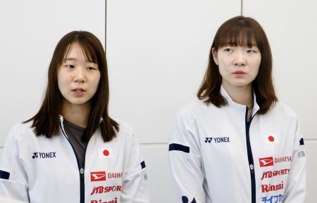 バドミントンの世界選手権へ出発を前に、取材に応じる永原(左)、松本組=15日、羽田空港