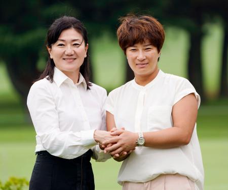 東京五輪のゴルフ会場となる霞ケ関CCを視察し、日本代表女子担当の服部道子コーチ(左)と握手する韓国代表チームリーダーの朴セリさん=16日