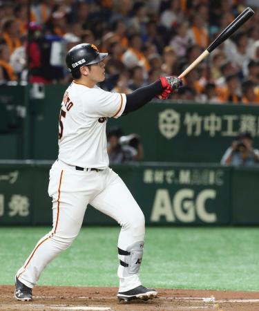 4回巨人1死一塁、岡本が右中間に逆転2ランを放つ=東京ドーム
