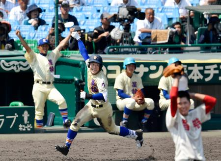 星稜―智弁和歌山 タイブレークの14回裏星稜1死一、二塁、左中間にサヨナラ3ランを放ち、ガッツポーズで一塁へ向かう福本=甲子園