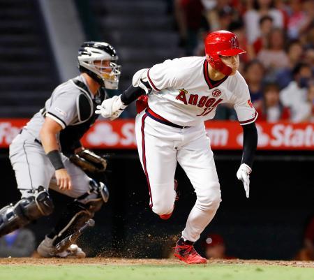 ホワイトソックス戦の3回、二塁に適時内野安打を放つエンゼルス・大谷=アナハイム(共同)