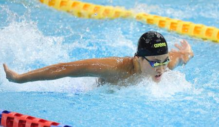 男子200メートル個人メドレー決勝 2分1秒42で優勝した日大高・小方颯のバタフライ=熊本市総合屋内プール