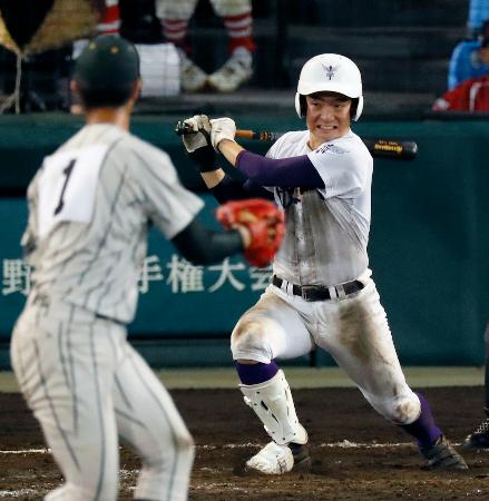 鶴岡東―関東第一 11回裏関東第一2死一、三塁、平川が右前にサヨナラ打を放つ。投手池田=甲子園