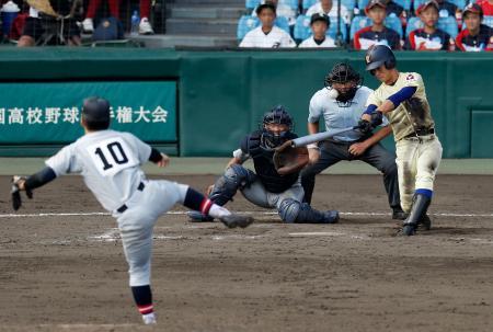 星稜―仙台育英 9回表星稜無死、内山が左越えに2打席連続となる本塁打を放つ。投手鈴木、捕手猪股=甲子園