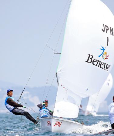 女子470級に出場した吉田(右)、吉岡組=江の島ヨットハーバー沖(代表撮影)
