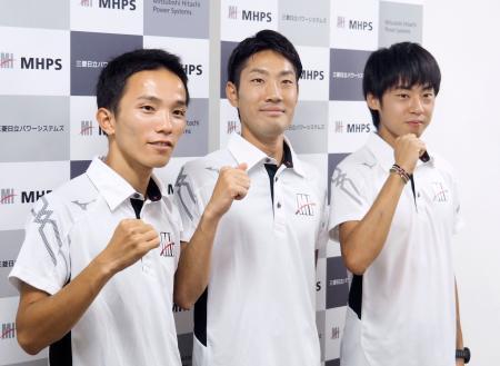 記者会見後にポーズをとるMHPSの3選手。左から井上大仁、木滑良、岩田勇治=21日、長崎市