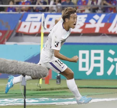 FC東京―広島 後半、先制ゴールを決め、駆けだす広島・柏=味スタ