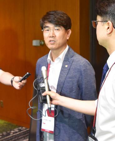 2020年東京五輪の大会組織委員会との個別ミーティング後、取材に応じる韓国の大韓体育会のパク・チョルグン事務副総長=22日午後、東京都内