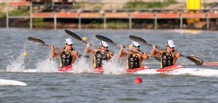 男子カヤックフォア500メートルで準決勝に進んだ(右から)水本、松下、宮田、藤嶋組=セゲド(共同)