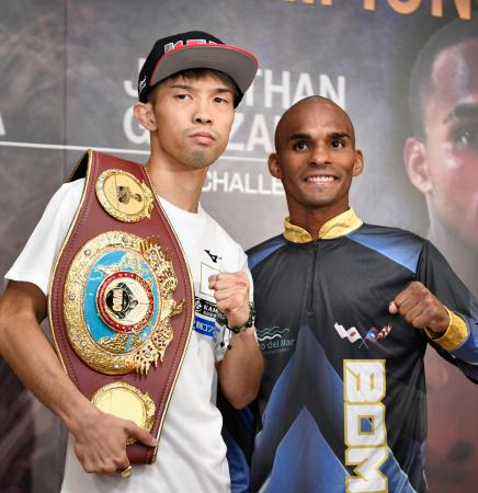 WBOフライ級戦の調印式を終え、ポーズをとる王者の田中恒成(左)と挑戦者のジョナサン・ゴンサレス=23日、名古屋市