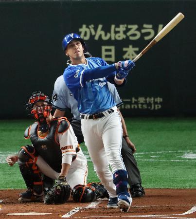 1回DeNA2死一、二塁、ソトが左中間に先制3ランを放つ。捕手小林=東京ドーム