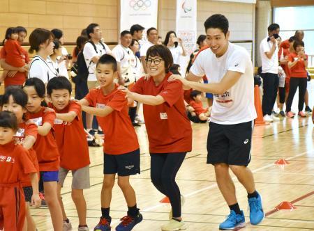 参加者と運動会を楽しむ萩野公介選手(右端)=24日、仙台市